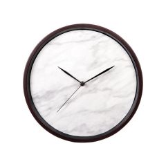 reloj de pared marrón